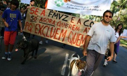 Estudantes e voluntários participam de manifestação contra a desativação de um canil dentro do campus da USP