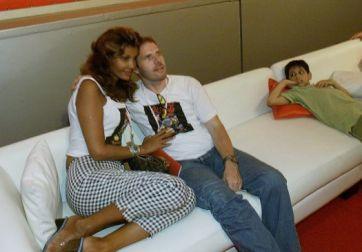 Roberta Close ao lado do seu marido, o su��o Roland Granacher, no camarote da AOL, no Rock in Rio (21/1/01). Eles se casaram em 1993 na Europa e est�o juntos at� hoje
